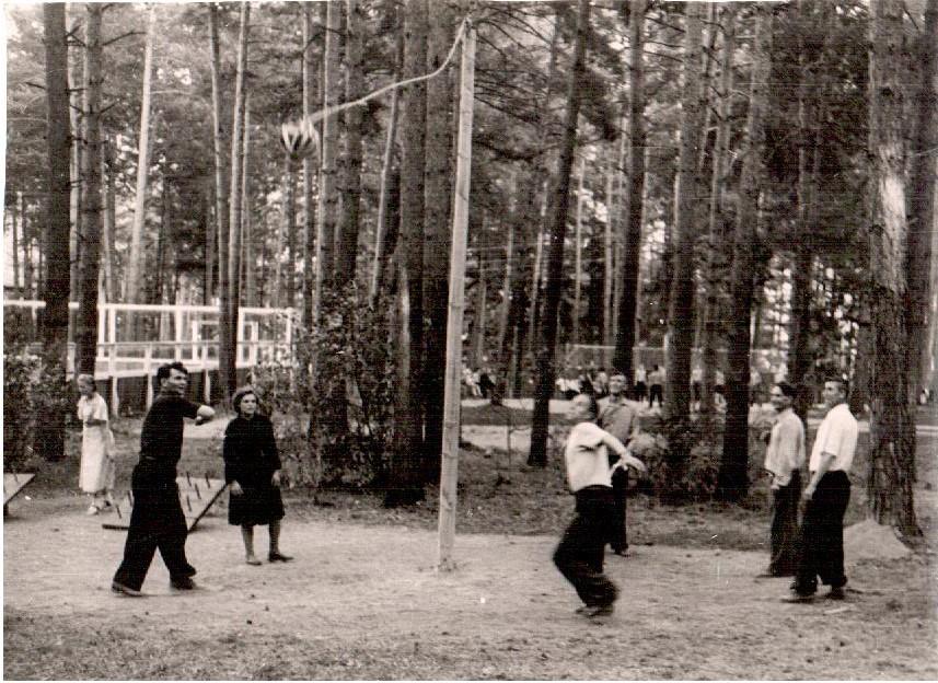 На спортивной площадке. 1950-е годы
