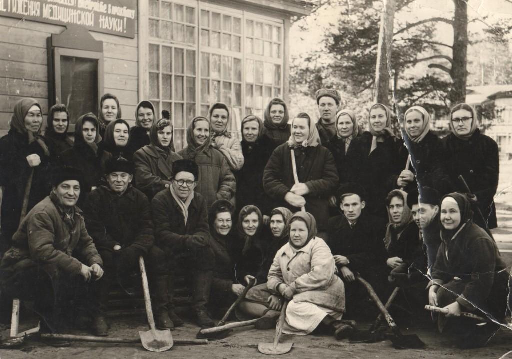 Работники курорта на коммунистическом субботнике. Начало 1960-х годов.