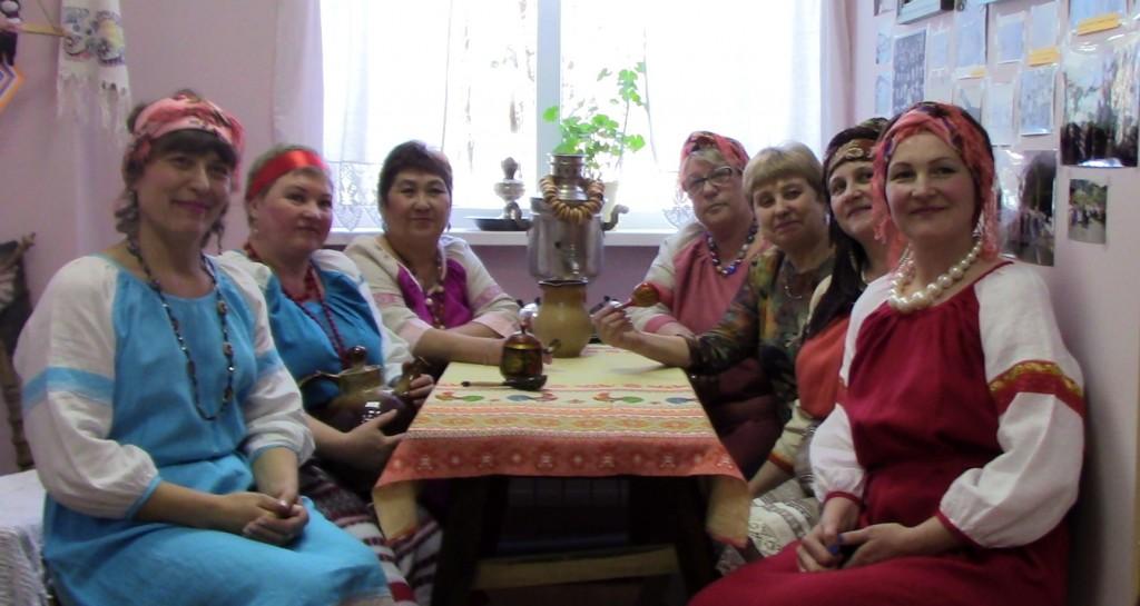 В день открытия в ,,Русской избе,, собрались те, кто помог её созданию