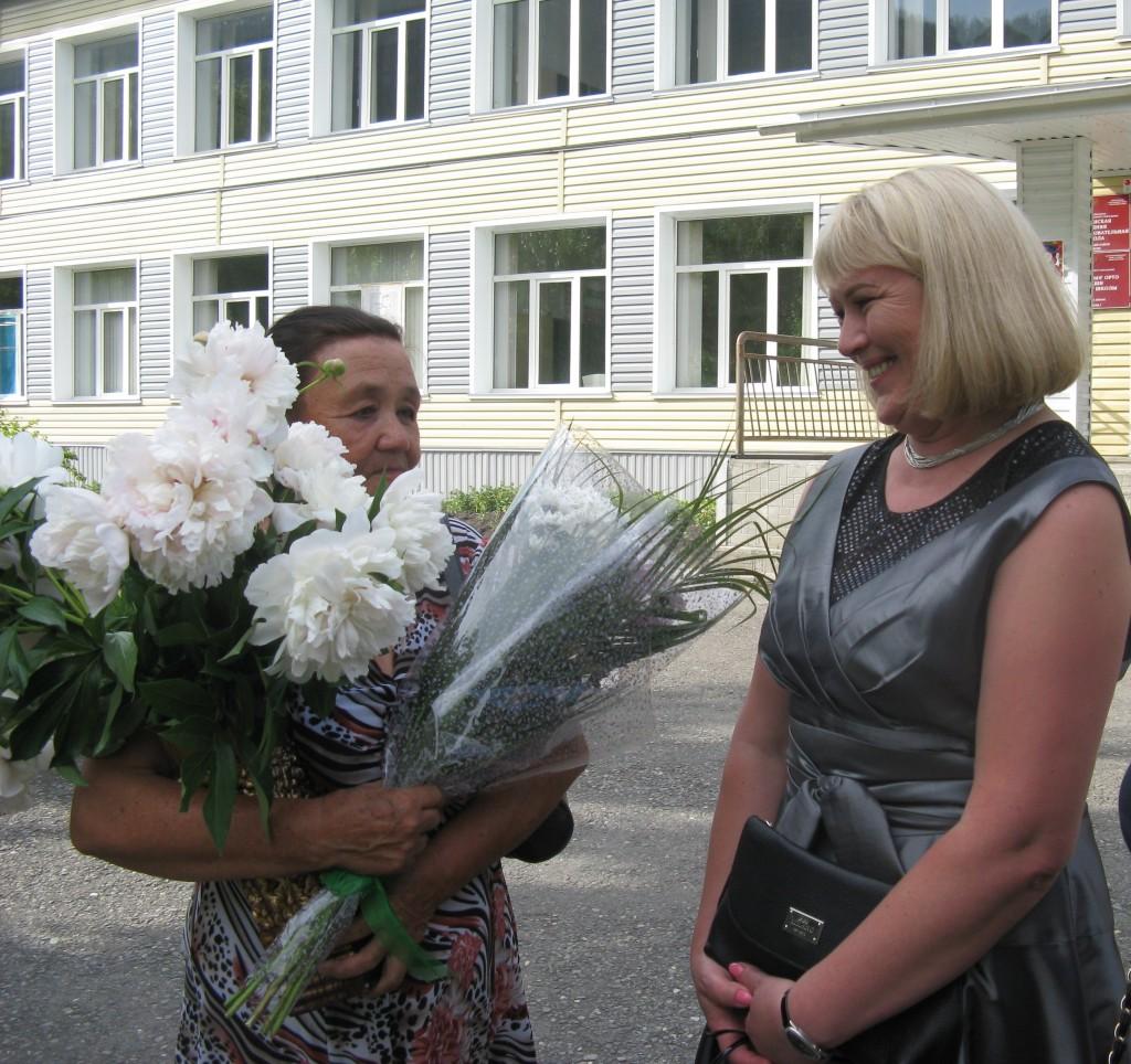 () Ученица с любимой учительницей (Механошина А.Л., Чинчаева Г.Н.)