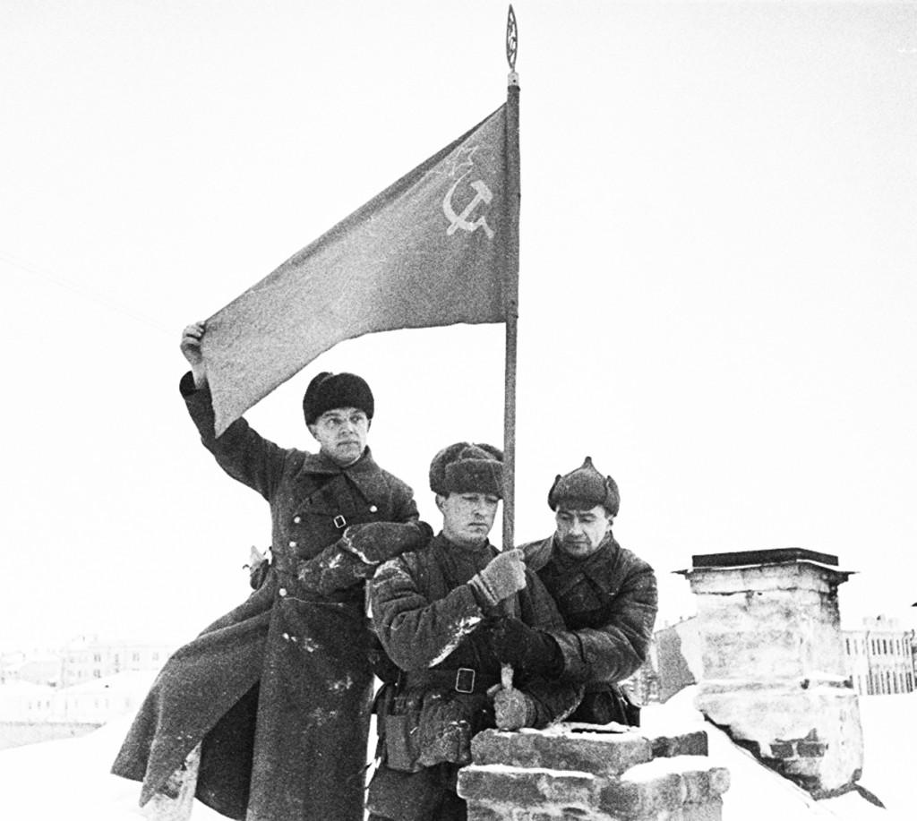 Солдаты водружают советское знамя в городе Калинин-1