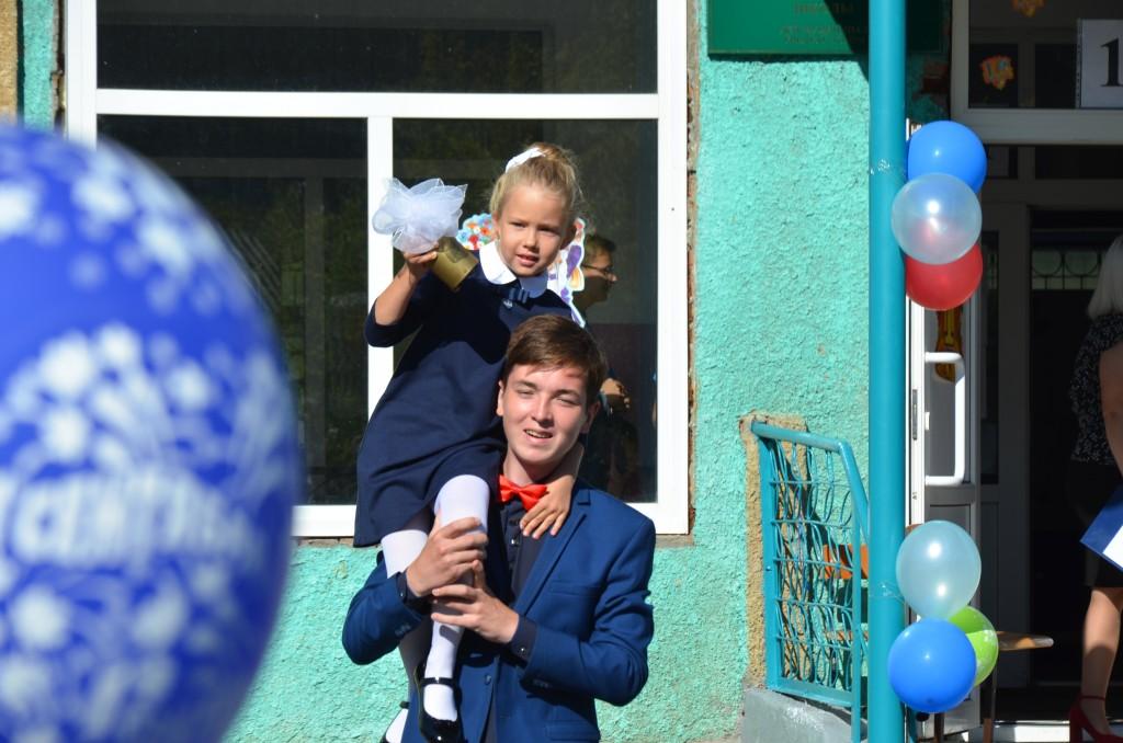 Право дать первый школьный звонок в Чемале предоставили первокласснице Вере Преториус и одиннадцатикласснику Кириллу Анакову