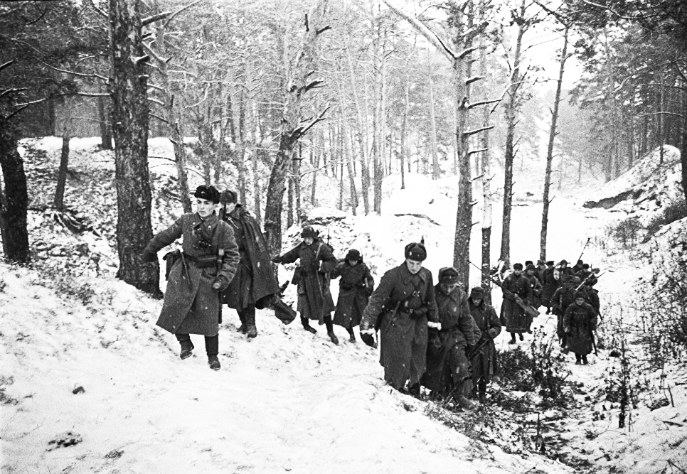 Бронебойщики выходят на огневую позицию в районе Звенигорода. Оборона Москвы. 1941 г.