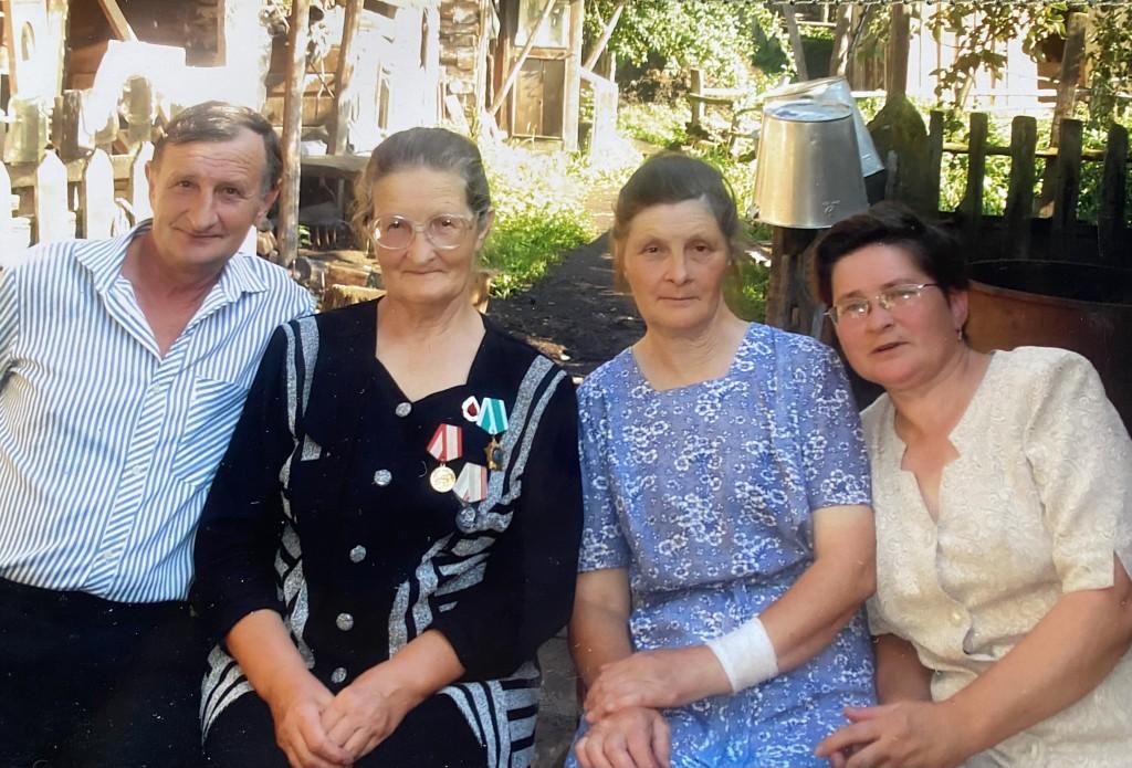 Галина Алексеевна с братом Юрием и сестрами Лидией и Валентиной